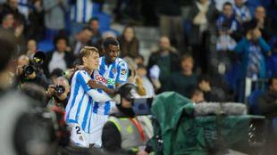 Odegaard e Isak celebran un gol delante de numerosos aficionados.