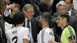 Florentino Pérez felicita a Sergio Ramos tras la conquista de la...
