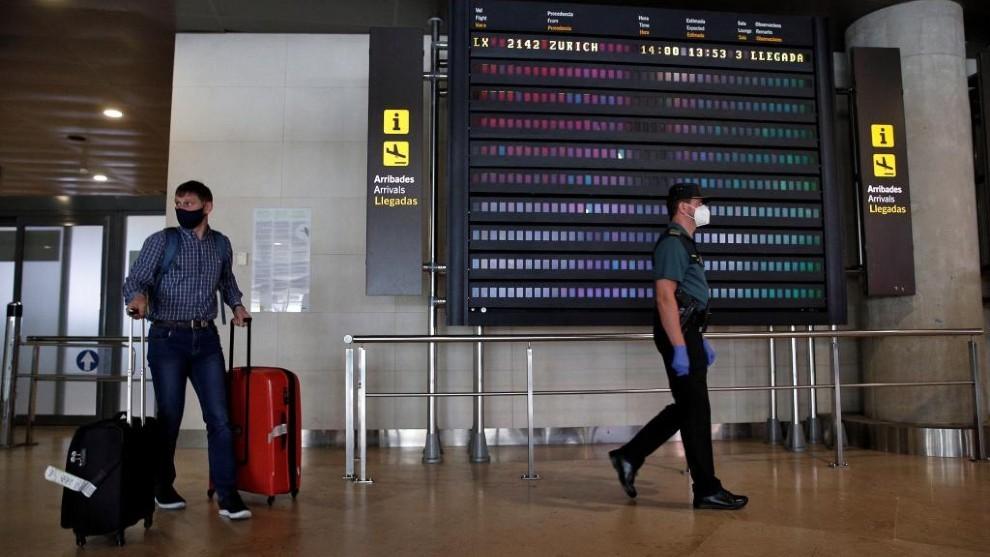 Un turista en un aeropuerto, en una imagen de archivo.