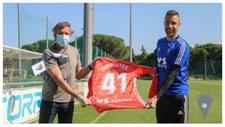 Óscar Arias entrega la camiseta a Cifuentes con el dorsal de su edad,...