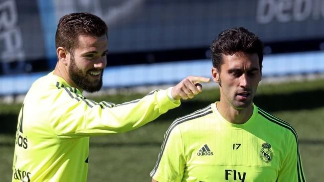 Nacho bromea con Álvaro Arbeloa en un entrenamiento.