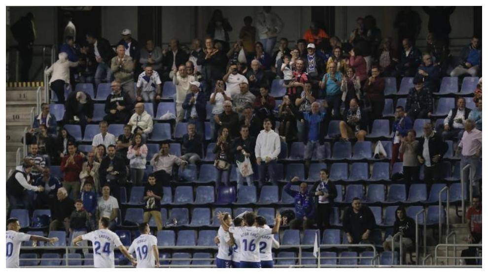 Los jugadores del Tenerife celebran un gol ante su afición