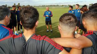 David Gordo da una charla a los jugadores de la selección sub 17.
