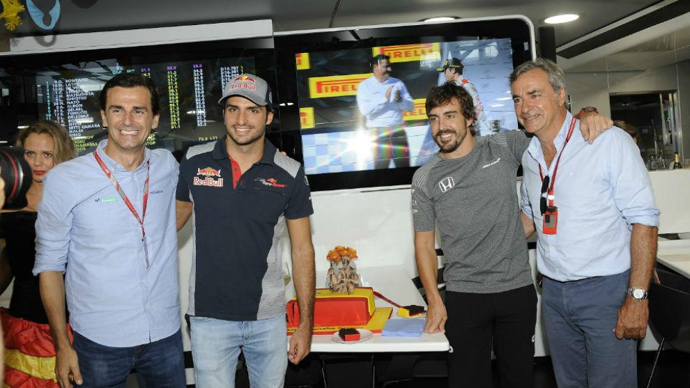 De la Rosa, y los Sainz, con Alonso, en el GP de Hungría 2017.