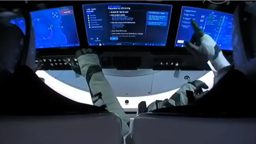 Los astronautas del Falcon 9, manipulando las pantallas antes del...
