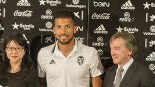 El dia que Garay fue presentado con el Valencia en septiembre de 2016