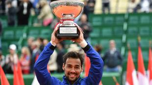 Fabio Fognini con la copa que le acredita como ganador en Montecarlo...