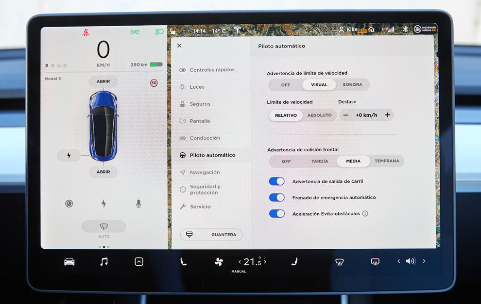 El programa automático Autopilot en la pantalla táctil del Tesla...