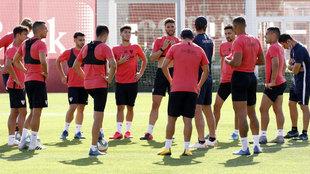 Los jugadores del Sevilla, en un entrenamiento
