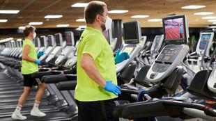 Dos usuarios prueban las medidas de seguridad de un gimnasio