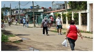 Coronavirus en América: Ciudadanos de La Habana paseando por la...