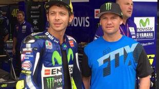 Valentino Rossi y Chad Reed, en un gran premio.