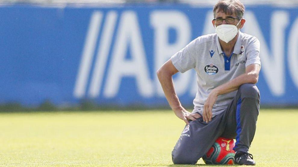 Fernando Vázquez observa a sus jugadores en el entrenamiento de este...