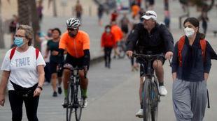 Paseantes y ciclistas en el paseo marítimo de Barcelona.