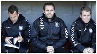 El cuerpo técnico del Tenerife antes de un partido