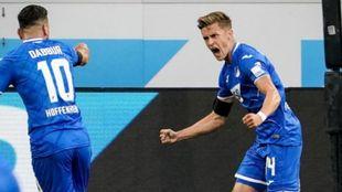 Baumgartner celebra con Dabbur un gol contra el Colonia.