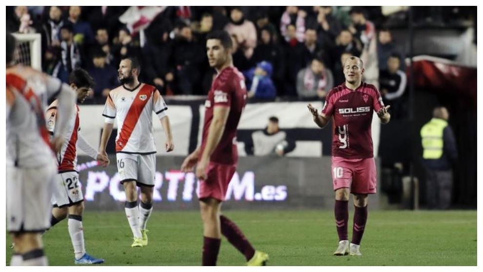 Zozulia gesticula en el partido de Vallecas