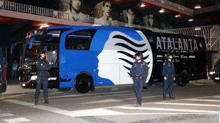 La Atalanta a su llegada a Mestalla para jugar a puerta cerrada.