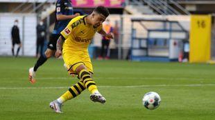 Jadon Sancho anota el 1-6 definitivo contra el Paderborn.