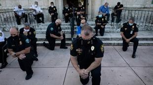 La policía de Miami-Dade se arrodilla por George Floyd tras su muerte