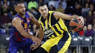 Kostas Sloukas, acosado por la defensa de Adam Hanga.