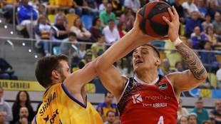 Vyacheslav Bobrov trata de levantar el balón ante la defensa de John...