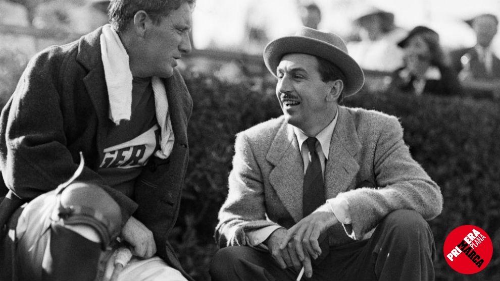Walt Disney conversa con Spencer Tracy en el intermedio de un partido...