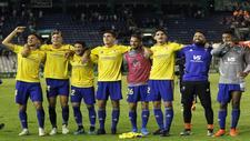 Espino, tercero por la izquierda, se abraza a Iván Alejo y Garrido en...