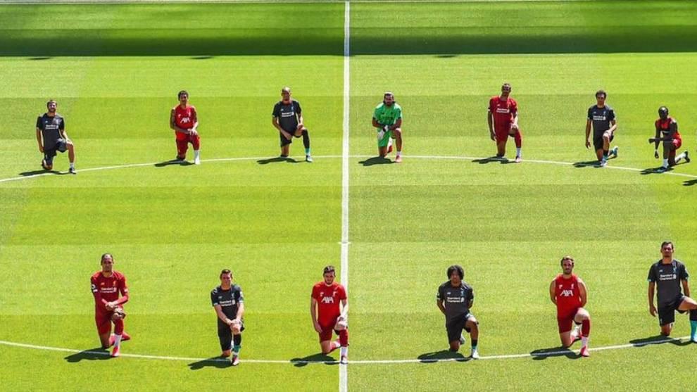 Jugadores del Liverpool se unen a las protestas por la muerte de...