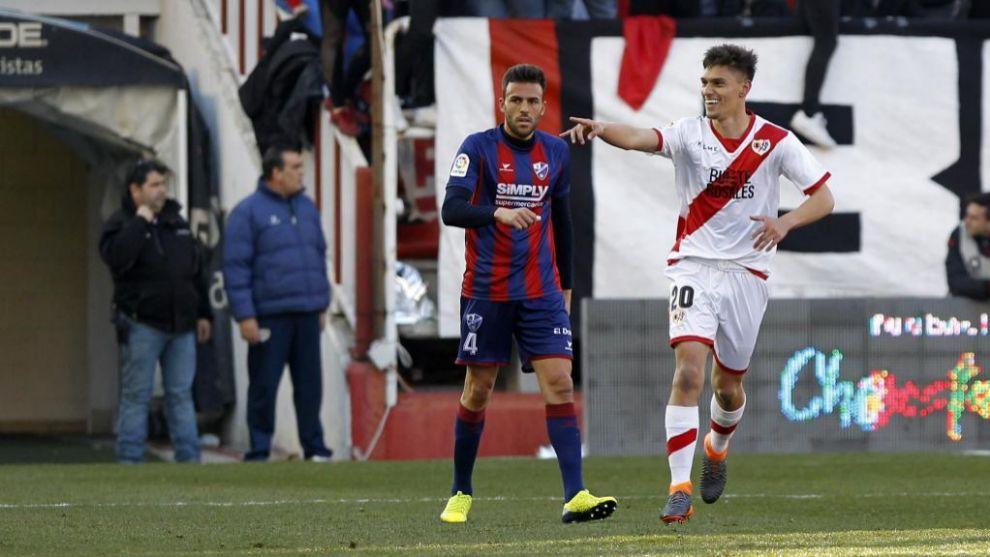 Emiliano Velázquez celebra un gol al Huesca en Vallecas