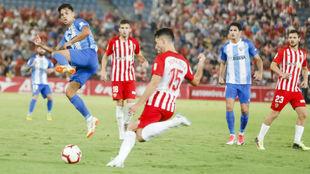 Juan Ibiza despeja ante Reanto en un partido ante el Málaga
