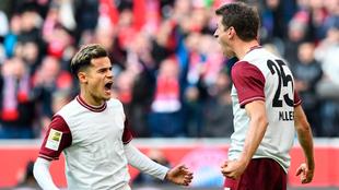 Coutinho festeja un gol con Müller.