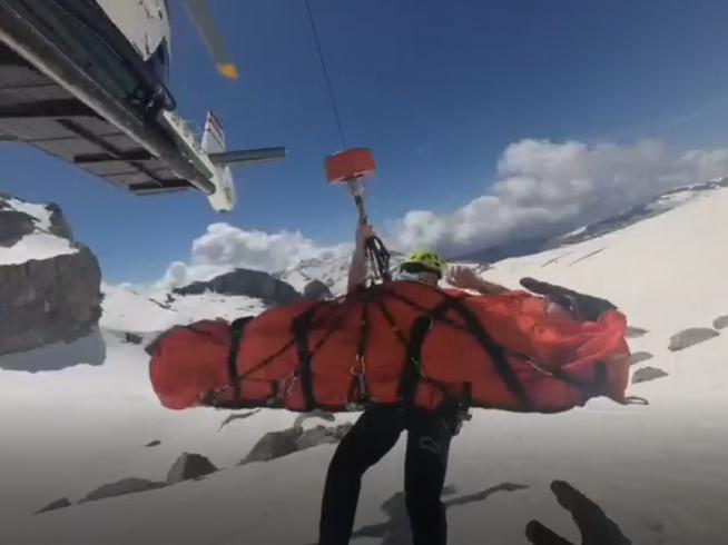 Evacuación de uno de los esquiadores franceses heridos en la Brecha...