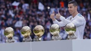 Cristiano posa con sus cinco Balones de Oro en el Bernabéu.