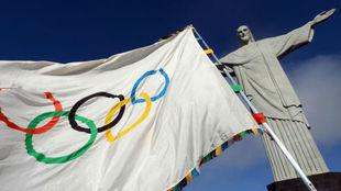 La bandera olímpica junto al Cristo Redentor de Río de Janeiro.