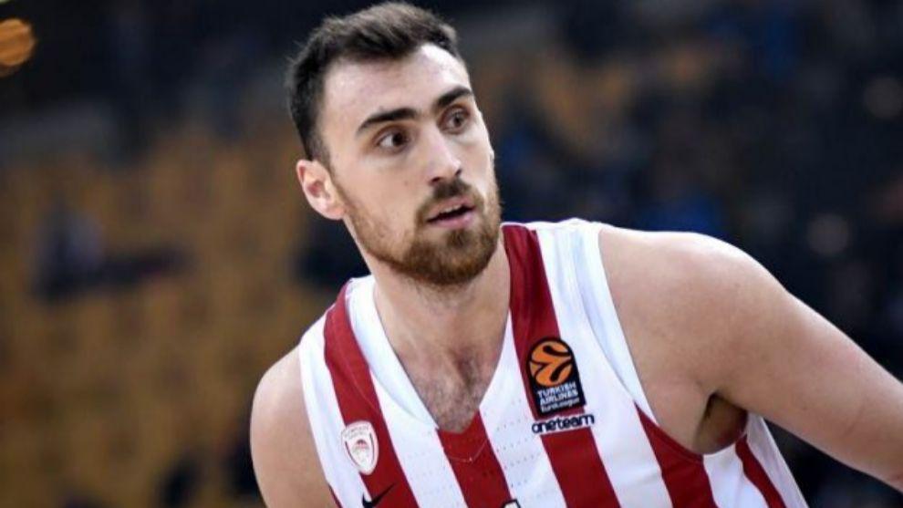 Nikola Milutinov, en un partido de Euroliga con Olympiacos.