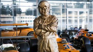 La estatua de bronce de Bruce McLaren.