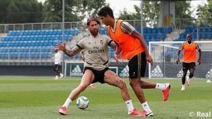 Ramos y Varane disputan un balón en la sesión de esta mañana.