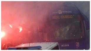 Autobús del Oviedo llegand al Tartiere entre sus aficionados