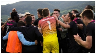 Los jugadores del Linares celebran un trunfo