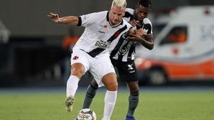 Maxi López protege la pelota ante Benevenuto, en un Vasco da...