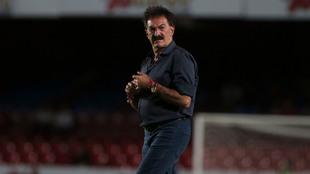 Ricardo La Volpe, en el campo del Estadio Luis 'Pirata'...