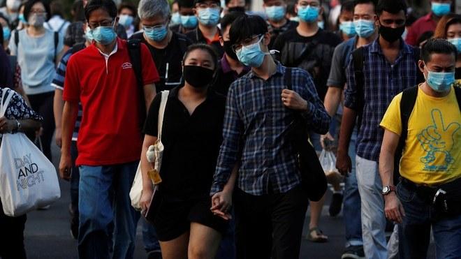 Una pareja en medio del caos por el coronavirus.