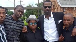 George Floyd, el segundo por la izquierda, posa con Stephen Jackson,...