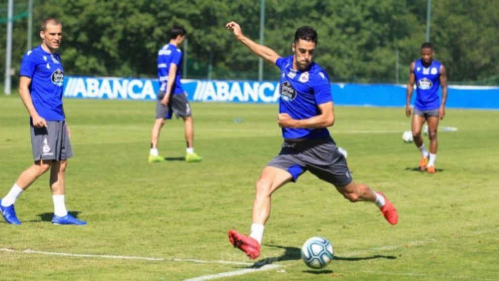 Sabin Merino se dispone a golpear un balón en un entrenamiento...
