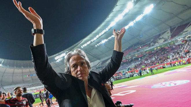Jorge Jesus saluda a la afición del Flamengo.