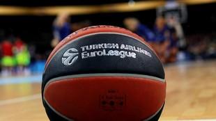Un balón de la Euroliga antes de un encuentro.