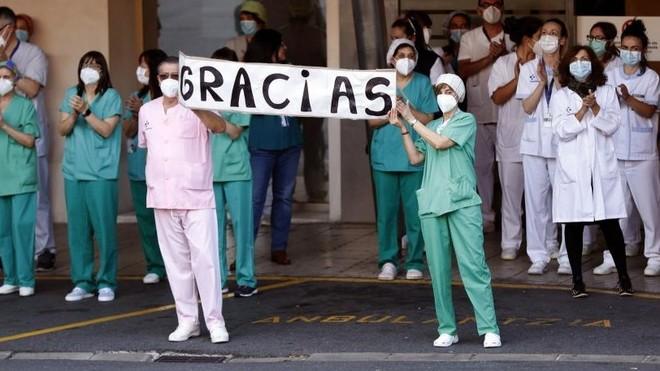 Los sanitarios que luchan en primera línea contra el coronavirus ...