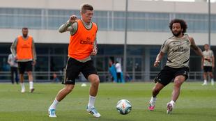 Kroos junto a Marcelo en entrenamiento.