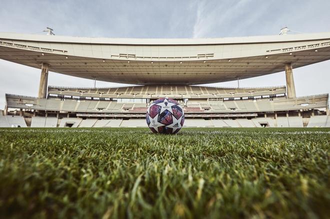 El balón de la final en el estadio Ataturk.
